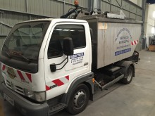 camión volquete para residuos domésticos Nissan usado