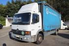 camião caixa de cortinas caixa com taipais encerados Mercedes usado