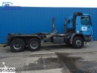 camion portacontainers Mercedes incidentato