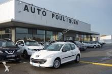 automobile berlina Peugeot