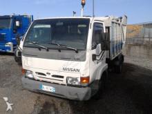 camion de colectare a deşeurilor menajere Nissan
