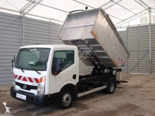 camion benne à ordures ménagères Nissan