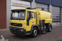 camion cu echipament de măturat străzi Volvo