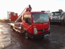 camión con plataforma elevadora articulada telescópica Nissan