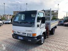 camião Nissan CABSTAR 35 110 CON GRU