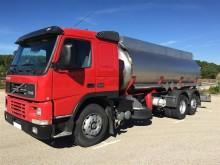 camión cisterna productos químicos Volvo