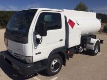 camión cisterna hidrocarburos Nissan