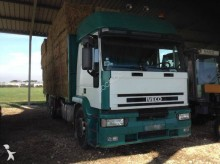 camión caja abierta transporta paja usado