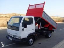 camión volquete Nissan