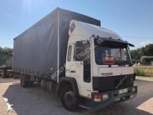 camião caixa aberta com lona Volvo