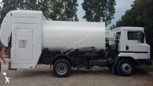 camion cisterna Nissan