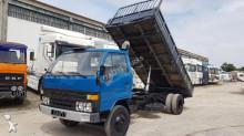 camión volquete trilateral Toyota