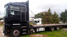 camión caja abierta transporta paja Renault