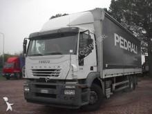 camião caixa aberta com lona Iveco