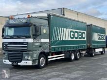 vrachtwagen met aanhanger met huifzeil DAF