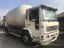 ciężarówka z przyczepą cysterna Volvo