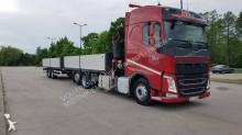 ciężarówka z przyczepą platforma Volvo