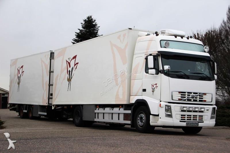 Vrachtwagen met aanhanger Volvo